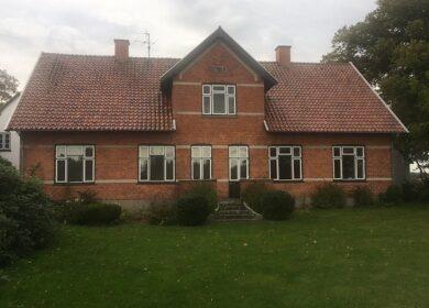 Fint Stuehus med stor have til leje