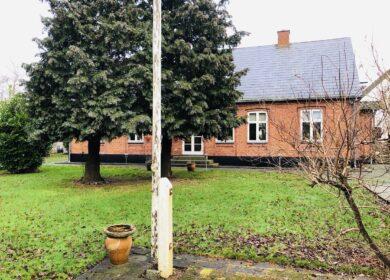 Stort hovedhus beliggende på æbleplantage